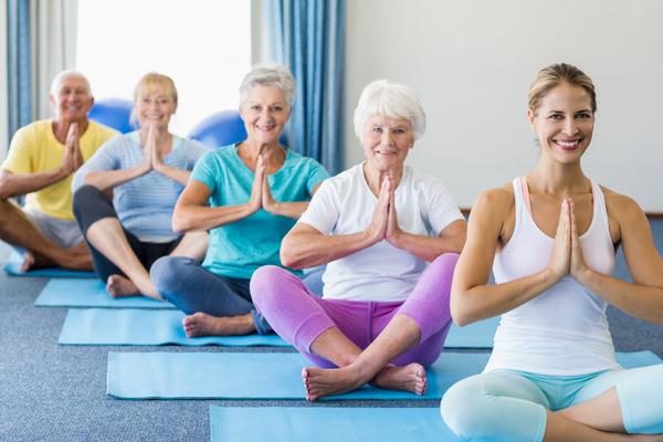 yoga per anziani esercizi